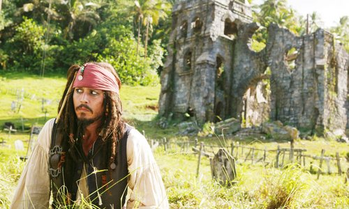Dominica Johnny Depp vor Ruine
