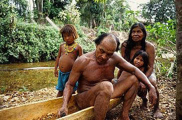 Panama Embera Indianer Familie am Boot